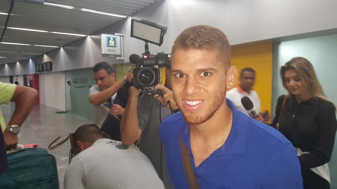 Cuellar desembarca no Rio de Janeiro para se apresentar ao Flamengo (Foto: Felipe Schmidt)