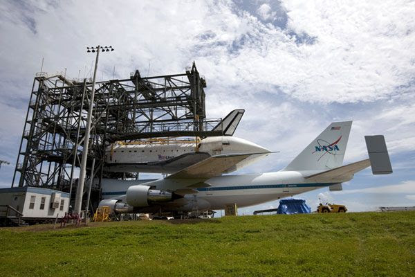 At KSC's SLF, the orbiter Endeavour is mated to NASA 905 on September 14, 2012.