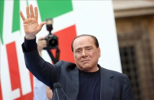 El ex primer ministro italiano Silvio Berlusconi saluda a los centenares de personas que asisten a una manifestación de su partido el Pueblo de la Libertad, en Roma, Italia, hoy 4 de agosto de 2013. EFE