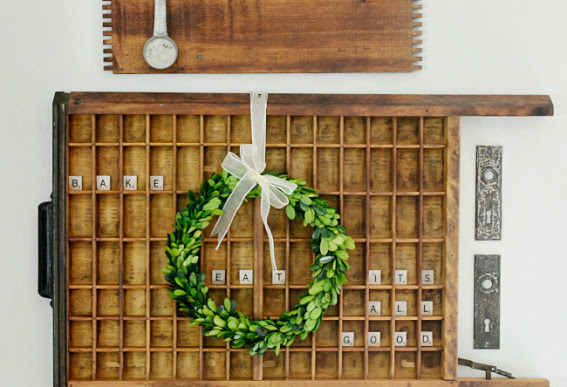 styling-a-vintage-printers-tray-with-boxwood-wreath