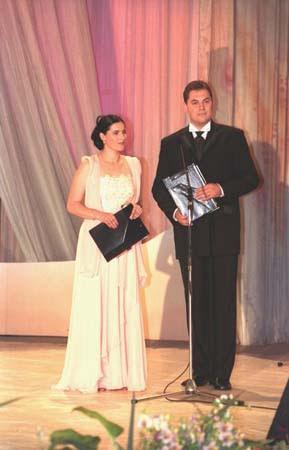 """Prezentator, alături de Marius Ciprian Pop, a Festivalului """"Maria Tănase"""" (Craiova, 2003)"""