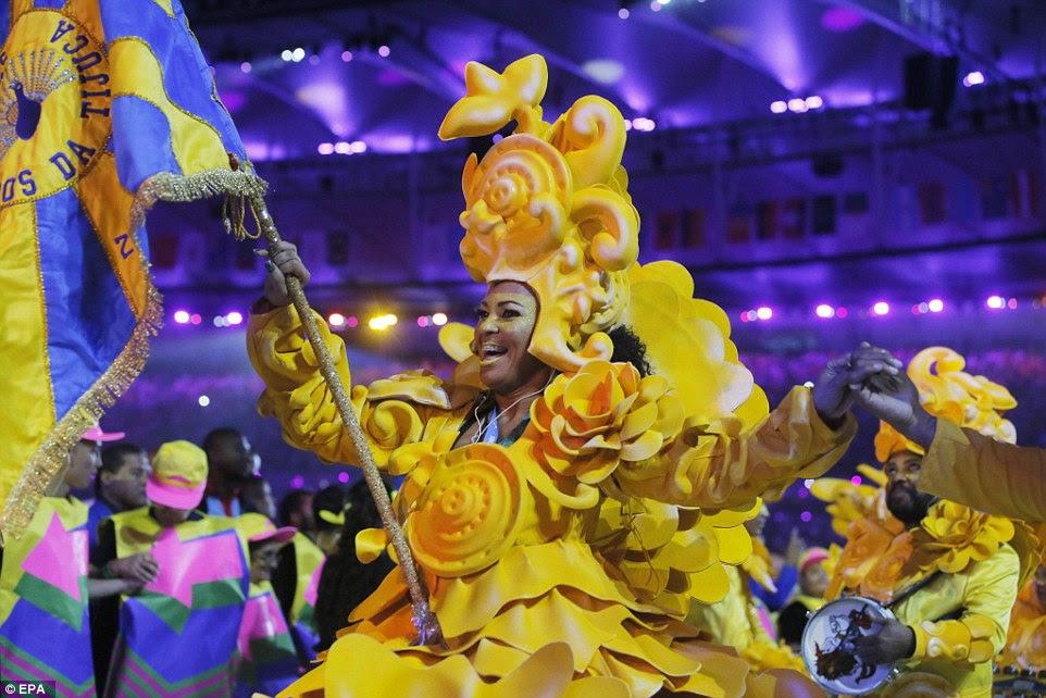 Os dançarinos executam durante a cerimônia de abertura dos Jogos Olímpicos de 2016 no Rio de Janeiro, Brasil