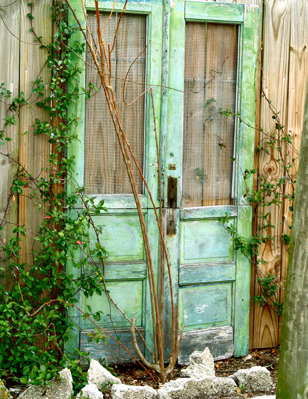Outdoor Decor: Repurposing Old Doors | InteriorHolic.