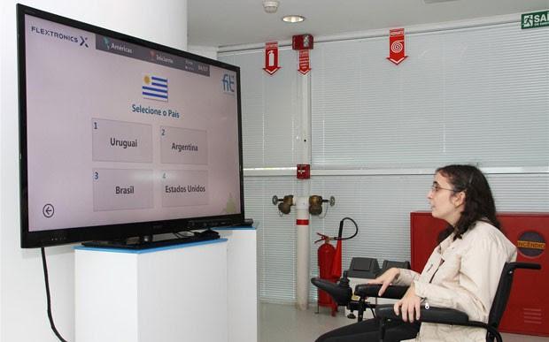 O sistema, por meio do Kinect, reconhece cadeirantes e comandos de voz em português (Foto: Divulgação/FIT)