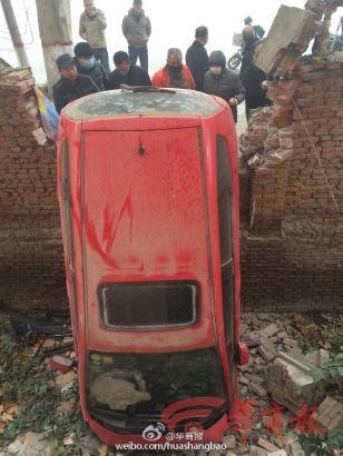 Hình ảnh Trung Quốc: Xe ô tô đâm vỡ tường, rơi xuống hố vì sương mù dày đặc số 3