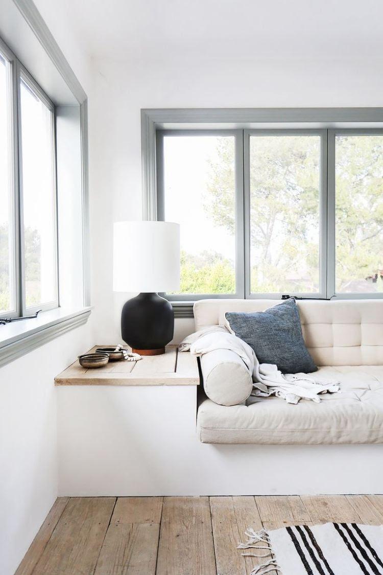 Gemütliche Sitzbank am Fenster – helle Leseecke einrichten