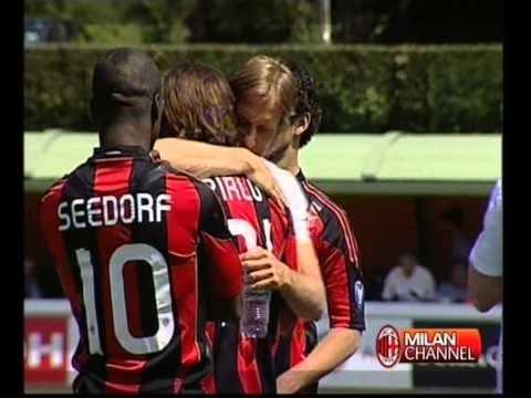 Pirlo in lacrime saluta commosso i compagni del Milan