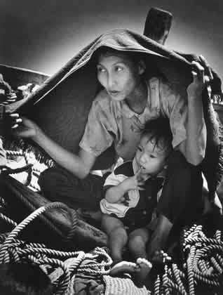 Người tị nạn cộng sản đi tìm tự do. Ảnh: Eddie Adams (Con tàu không nụ cười , 1977)