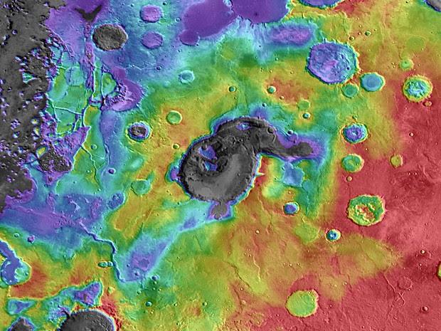 Imagem em infravermelho mostra o supervulcão Eden Patera, um exemplo típico do que pode ter sido o passado de Marte. Cratera tem cerca de 70 km de largura em sua maior dimensão e 1,8 km de profundidade (Foto: Nasa/JPL/GSFC/Arizona State University     )