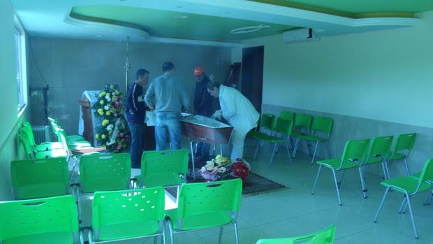 Médico faz exames e constata que mulher no caixão estava realmente morta (Foto: Divulgação/Maxwell Bernardes/Site Litoral em Movimento)