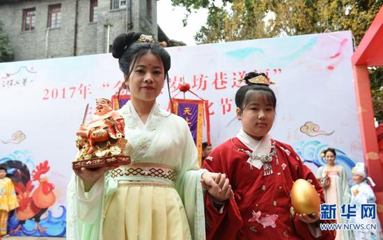 身着传统礼服的市民在活动中表演