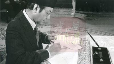 马哈迪当年在宣誓后签署就职文件。(《光华日报》档案照)
