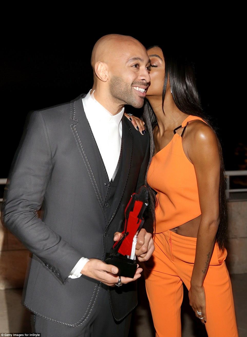 twosome bonito: Ela deu um beijo na bochecha de seu companheiro depois de apresentar um prêmio