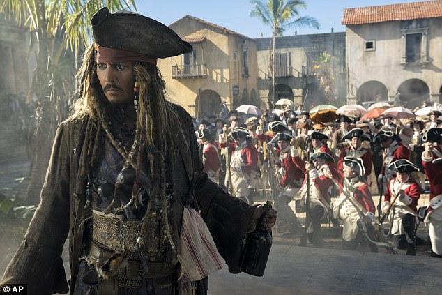 Os críticos estão despedaçando o novo filme dos Piratas do Caribe, Dead Men Tell No Tales.  Acima, um ainda do filme, mostrando Johnny Depp como Capitão Jack Sparrow