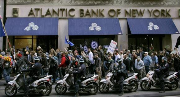 Ocupam os membros do movimento foram Wall Street escoltado pela polícia em Nova York.  Foto: Reuters
