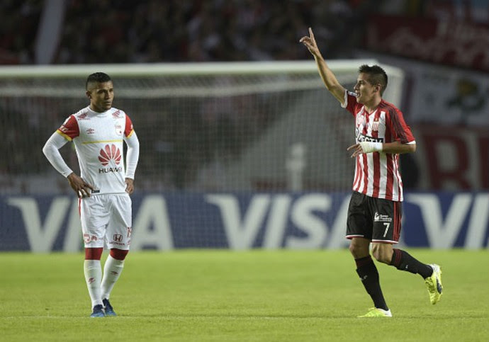 Carlos Auzqui, do Estudiantes, comemora gol sobre o Santa Fe (Foto: JUAN MABROMATA AFP)