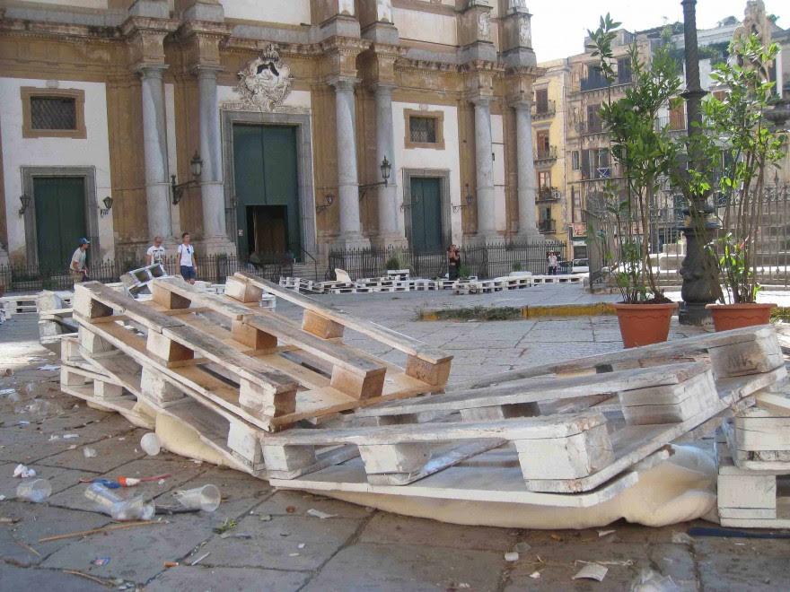 In pezzi l'isola pedonale di piazza San Domenico