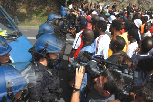 To slow the French police, the people of Guadeloupe are erecting barricades across the roads to block their vehicles. The day after this confrontation in the town of Gosier, one of the strike leaders was killed at a barricade. - Photo: LKP