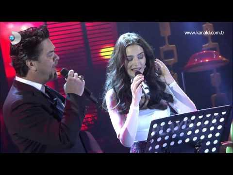 """Fahriye Evcen, """"Aşk Sana Benzer"""" filminde söylediği Edip Akbayram'ın unutulmaz şarkısı """"Hasretinle Yandı Gönlüm"""" şarkısını canlı söyledi! Beyaz şarkının ortalarında Fahriye Evcen'e katıldı!"""