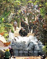 Hàng ngàn công an, cảnh sát cơ động, bộ đội được huy động đến xã Xuân Quan, huyện Văn Giang, tỉnh Hưng Yên hôm 24-04-2012 để cưỡng chế 70 hecta đất xây dựng khu đô thị Ecopark.