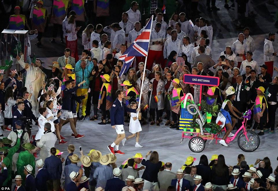 Bandeira de Grâ Bretanha portador Andy Murray leva para fora da equipe GB durante os Jogos Olímpicos Rio 2016 Cerimónia de Abertura