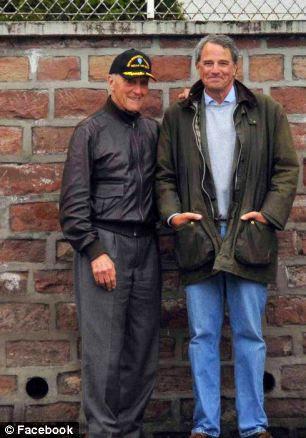 Steve Weiss, à esquerda, na foto com o autor Charles Glass, em Paris, onde foi tribunal marcial por deserção.  Ele tinha 19 anos e achava que sua vida tinha acabado.