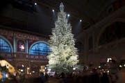 Weihnachtsstimmung in der grossen Halle des Zürcher Hauptbahnhofs. (Christoph Ruckstuhl/NZZ)