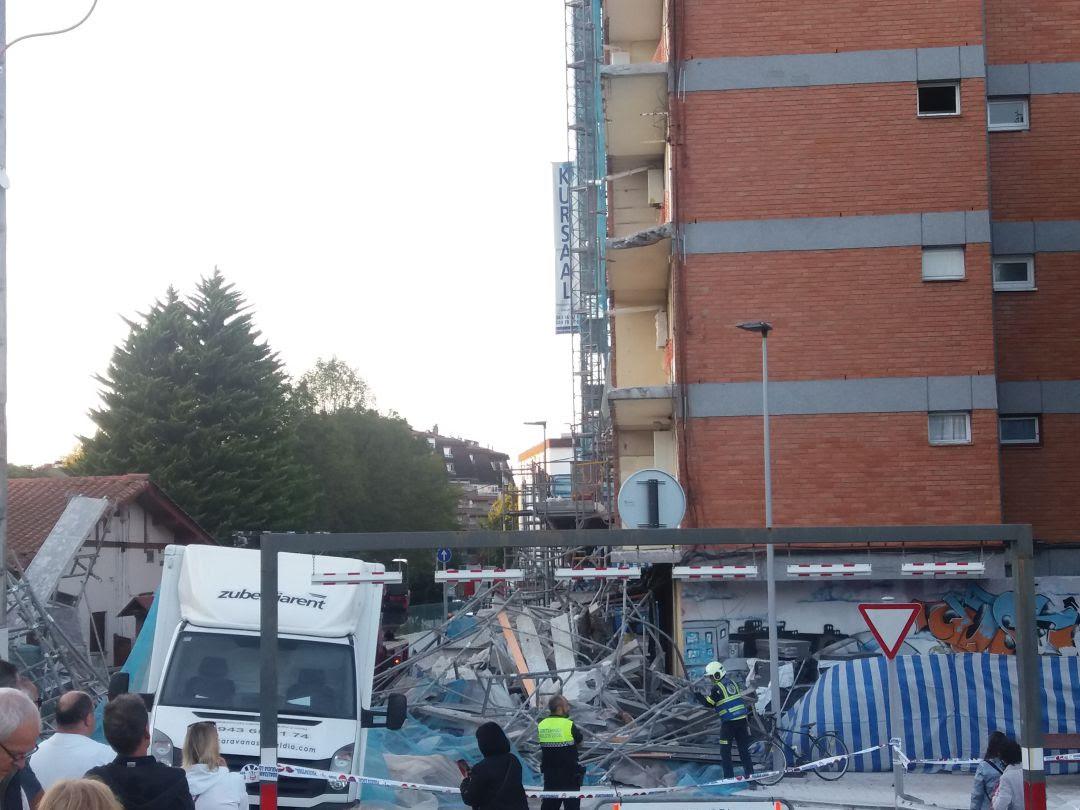 Situación en la que quedó la calle tras la caída de la estructura completa del andamio.