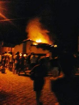 Em Felipe Guerra, vizinhos ajudaram a apagar o incêndio (Foto: Vanessa Nascimento)