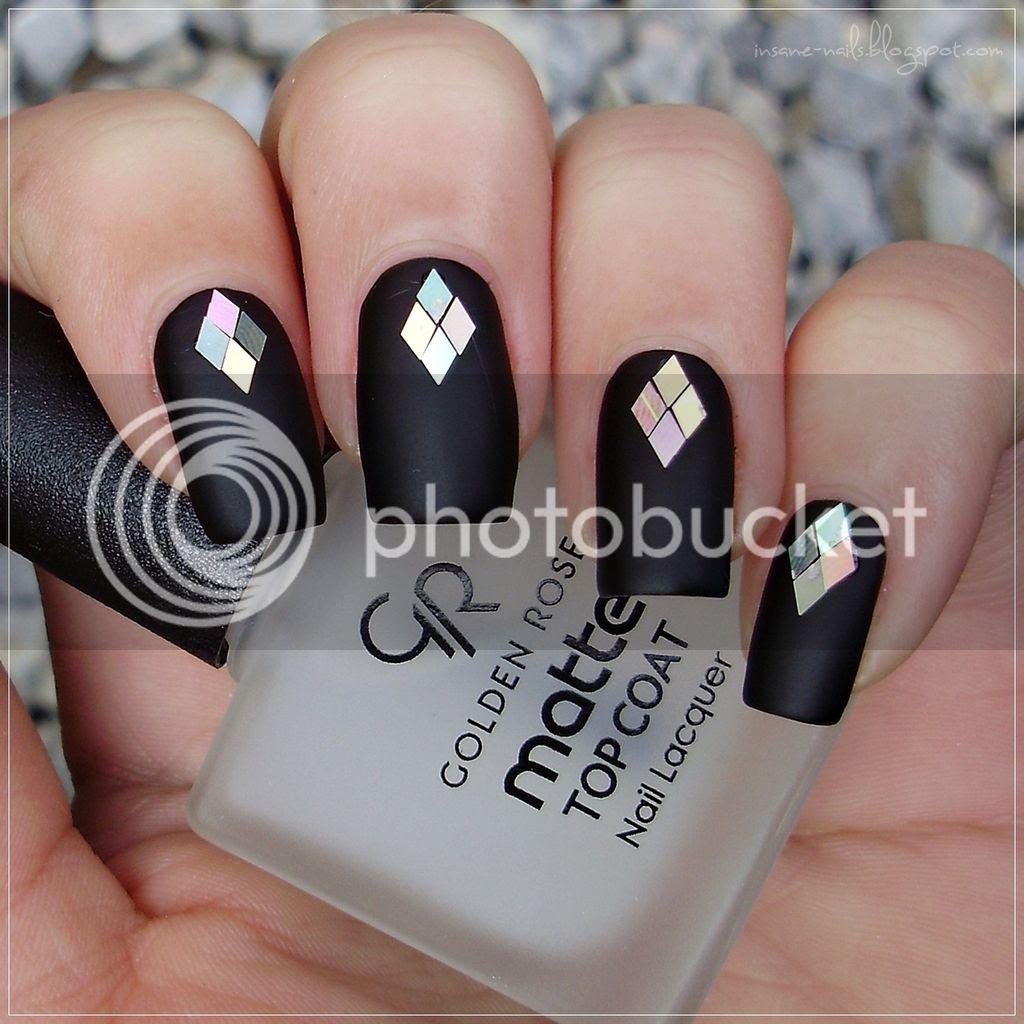 black_matte_nails_with_glequins_2