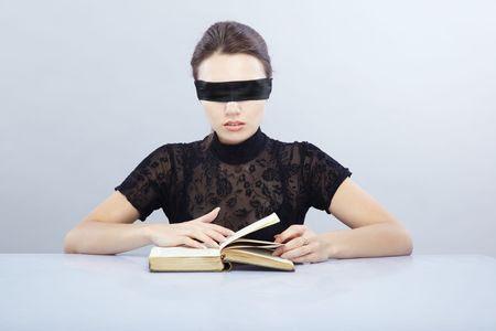 http://us.123rf.com/450wm/Novic/Novic0910/Novic091000026/5661264-donna-con-gli-occhi-bendati-libro-di-lettura-interna.jpg?ver=6