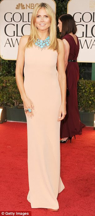 Tratar de pêssego: Heidi Klum optou por um vestido pálido backless que ela accessorised com jóias azuis brilhantes