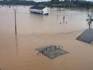 Campo de futebol, pista de skate e centro de eventos invadido pelo rio (Foto: Rinaldo Rori/TV Tribuna)