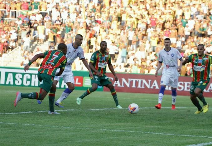Sampaio e Paysandu jogam no Estádio Castelão  (Foto: Biaman Prado / O Estado)