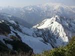 自分たちが来た稜線(手前)と白山(後方)。左に見えるのが問題の岩峰