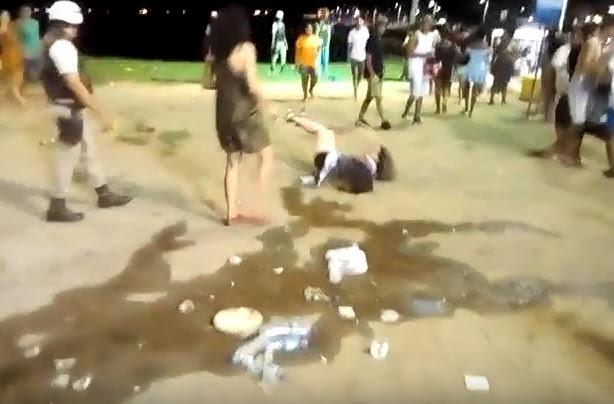 PM agride mulher em protesto no Farol da Barra; veja vídeo