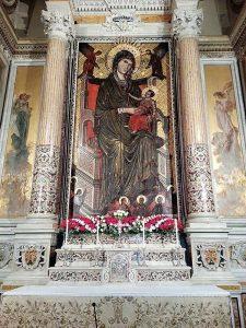 Imagem de Nossa Senhora no altar principal do Santuário de Montevergine