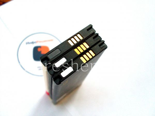 Сравнение аккумуляторных батарей для BlackBerry Z10 (тип L-S1): Оригинальный аккумулятор L-S1, аккумулятор-копия и аккумулятор расширенной емкости Link Dream (снизу вверх). Вид со стороны контактов.