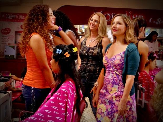 Monalisa volta e descobre que seu salão é um sucesso (Foto: Avenida Brasil/ TV Globo)