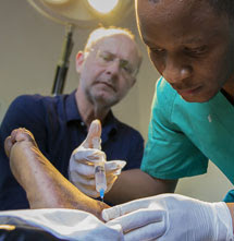 El dermatólogo español Pedro Jaén supervisa a un residente. | Ana Palacios