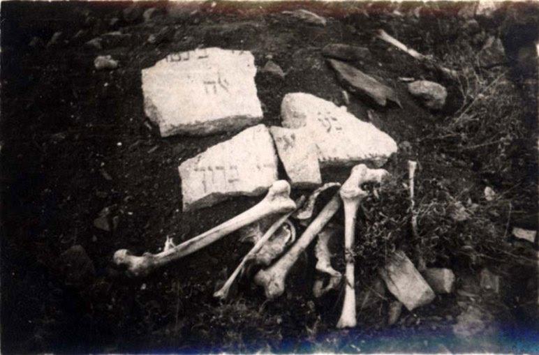 σπασμένες ταφόπλακες και οστά στο κατεστραμμένο εβραϊκό νεκροταφείο 1945