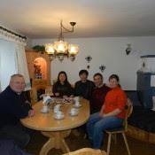 Wir beliefern seit über 50 Jahren die Käserei Walkner mit unserer Milch. Sie ist nur 5 Minuten von unserem Hof entfernt. Fast alle bekannten Persönlichkeiten, mit denen ich mich treffen durfte, haben schon eine Käseplätte der Käserei Walkner bekommen. Hier hat uns Herr Walkner mit einer Delegation aus China besucht.