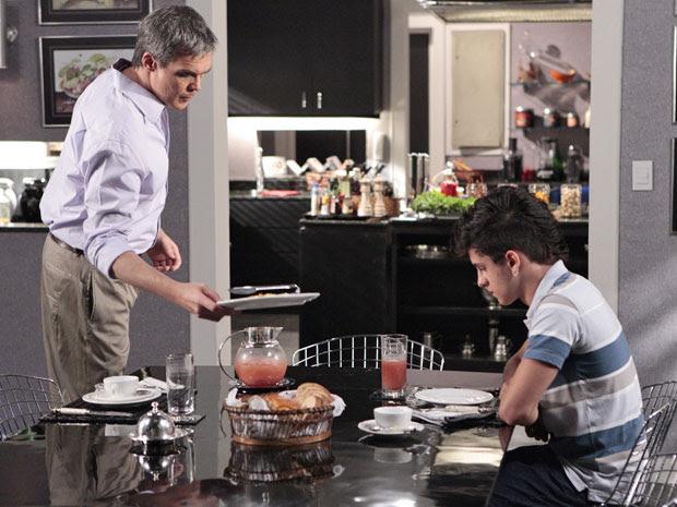 René Jr. insiste que o pai volte para casa, e o chef promete pensar no assunto (Foto: Fina Estampa/TV Globo)