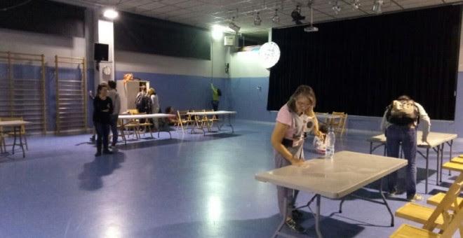 En el colegio Fructuós Gelabert de Barcelona se han montado las mesas a las 06.30./ ELENA PARREÑO