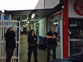 Policiais em frente ao prédio da Caixa Beneficente da Polícia Militar do DF (Foto: Kenzo Machida/TV Globo)