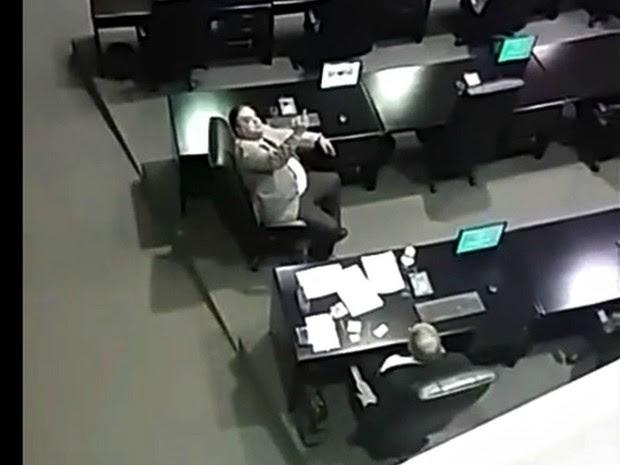 Deputado mostra dedo do meio e xinga servidores grevistas durante sessão em MT (Foto: Reprodução)