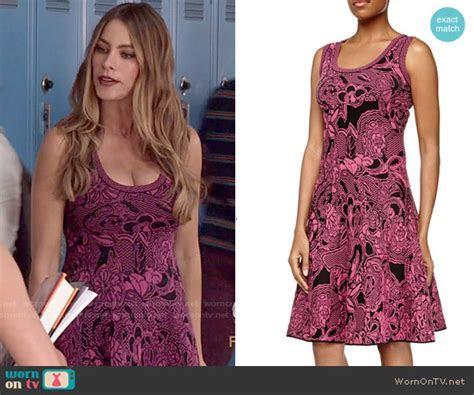WornOnTV: Gloria?s pink and black patterned dress on