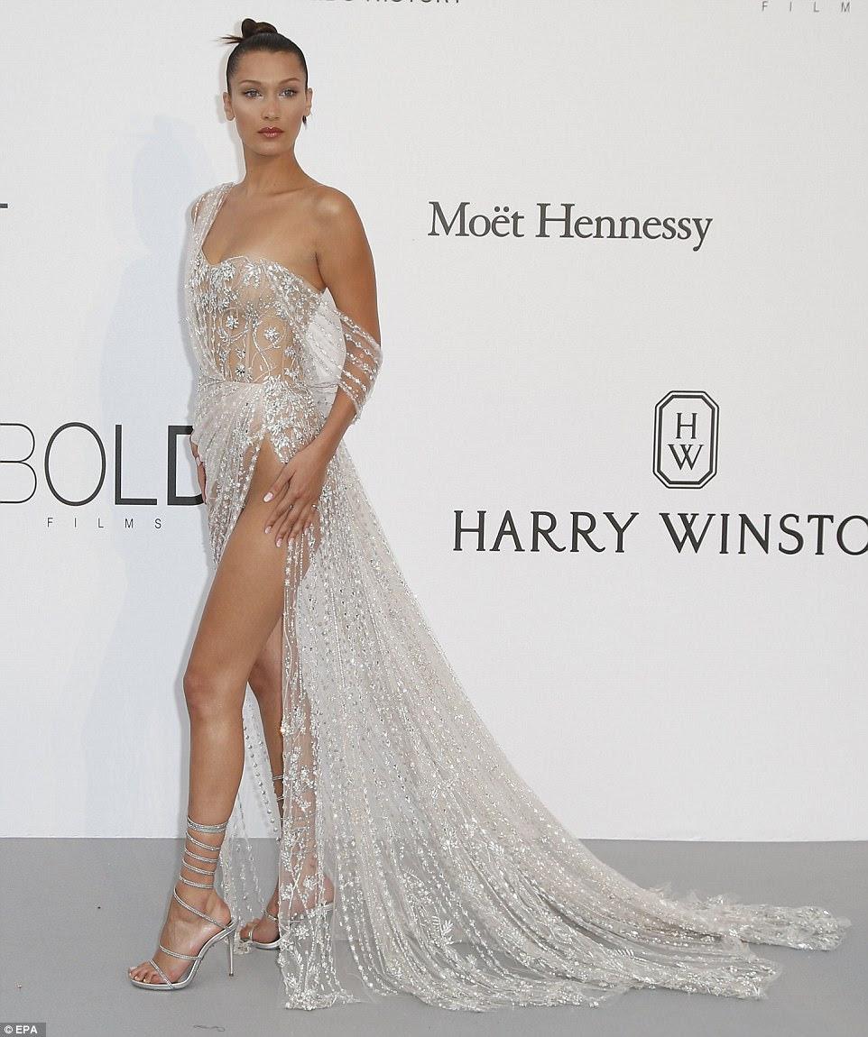 Woah lá!  Ela mais uma vez garantiu que ela comandou toda a atenção no vestido sizzling