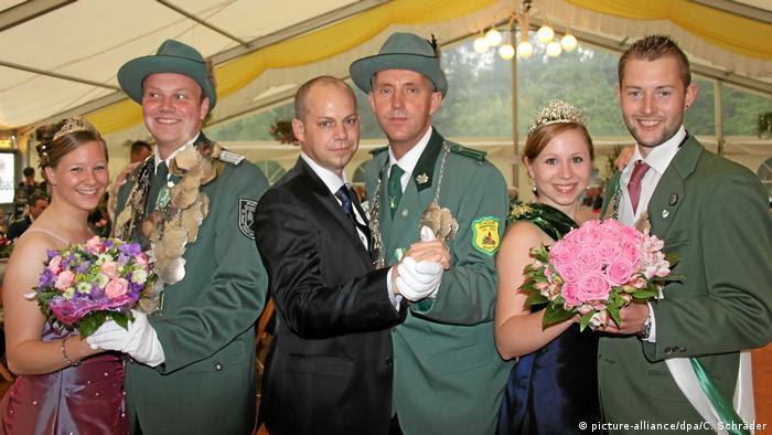 Deutschland   Schwuler Schützenkönig Dirk Winter (picture-alliance/dpa/C. Schräder)