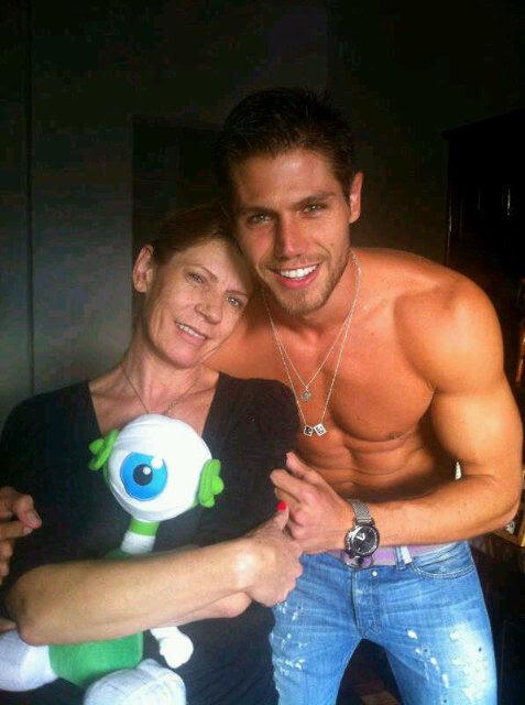 Jonas com a mãe, Marlene (Foto: Reprodução/Twitter)